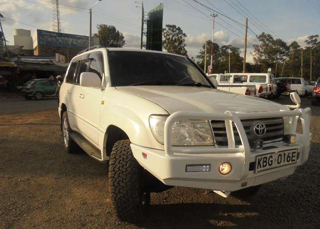 land cruiser V8 petrol with sunroof and an extreemly neat interior. Karen - image 2