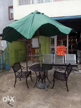 Garden set by 4chairs and table with umbrella Lagos Mainland - image 2