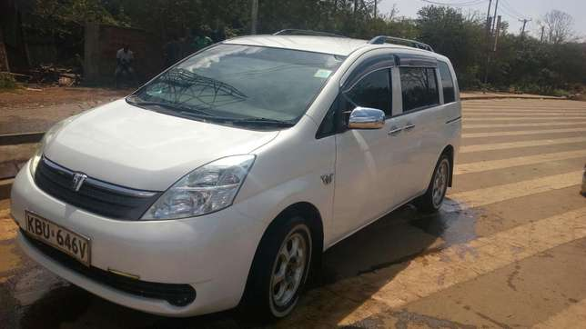 A clean Toyota Isis on quick sale. Kileleshwa - image 2