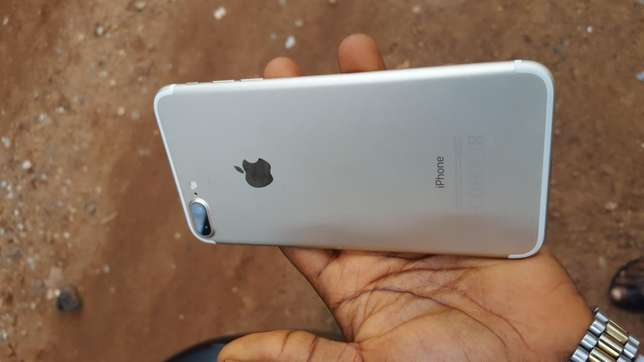 32gb mint factory unlocked gold iPhone 7plus for a low price Ibadan Central - image 7