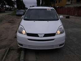 Super clean 2005 Toyota sienna xle full option.no issues.buy and drive