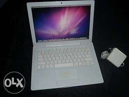 AppleMacbook 13.3-Inch, 2.0 GHz Intel core 2 Duo, 2Gb laptop