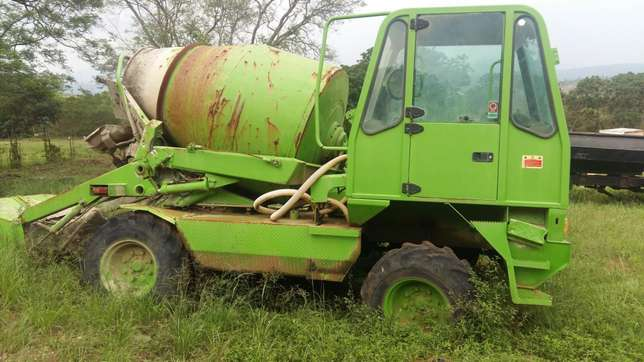 Mobile concrete mixer with skip loader Mbombela - image 1