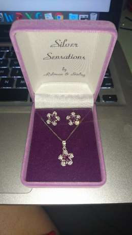 Silver Diamante Flower Earring and Necklace Gift Set For Sale Boksburg - image 2