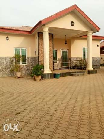 Lovely 3 bedrooms bungalow with one bedroom Bq. To let Abuja - image 1