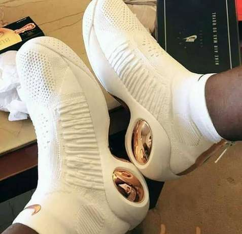 Newly arrived Nike sneakers Lagos Mainland - image 4