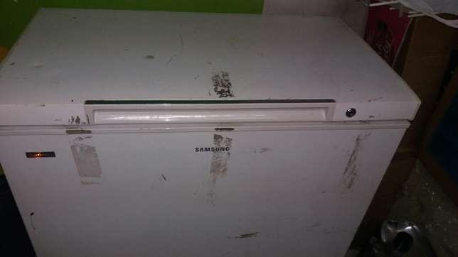 Sumsang 4 by 2 chest freezer in perfect condition warranty we have var Nairobi CBD - image 2