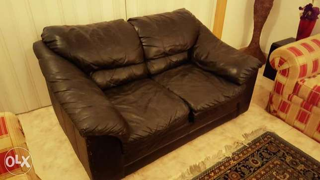 Leather sofa for sale 3+2 please send any reasonable *offer *urgent* الرياض -  2