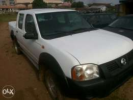 Nissan pick up white v4 2000