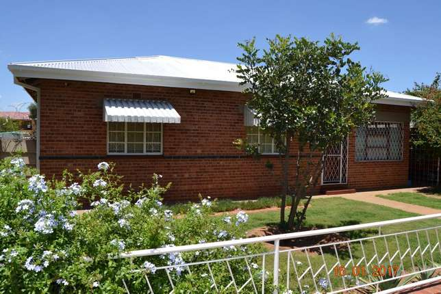 3 bedroom house with granny flat in West-end West End - image 1