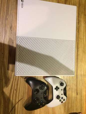 Xbox One Limited Edition Available ( 2 controllers + 3 games) 500GB Lansdowne - image 1