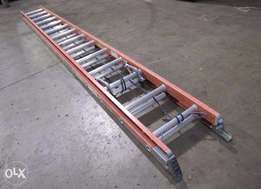 28 Fiberglass Extension Ladder Neatly used