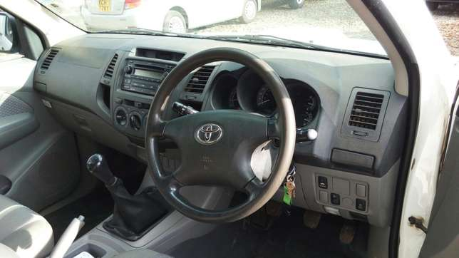 Toyota hillux, manual diesel, 2500cc, year 2007, accident free. Nairobi CBD - image 7