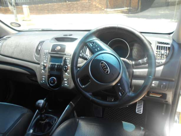 Kia Cerato 2.0, 2011 model, White in color for sale Johannesburg - image 7