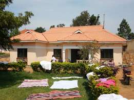 1acre with a house for sale, Located in mutugo kigo-serena road wit