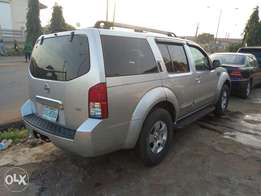 A smooth and neatly 2005 Nissan pathfinder, leather, ac, cd player.