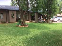 Hartbeespoort: 3 Bedroom house with seperate bachelor rondawel