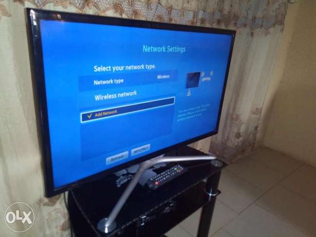"Still New Samsung 32"" LED FHD smart TV with miracast, YouTube etc Alimosho - image 3"