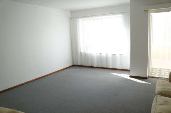 Large 2 Bedroom Apartment Kenilworth - image 3