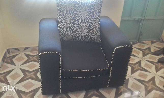Black checked Sofa sets in great shape Lower Kabete - image 3