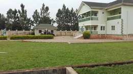 5 bedrooms house with boy's quaters for sale in lweza plot 1.5acres at