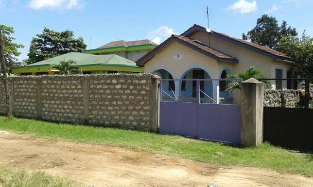 Excellent 3 bedroom own compound Bungalow FOR SALE Kiembeni - image 2