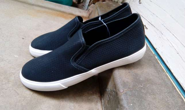 Unisex canvas shoes appropriate for the weather Hazina - image 2
