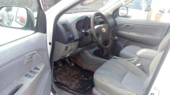 Extremely sharp and sound first body 2009 Hilux with chilling AC Warri South - image 5