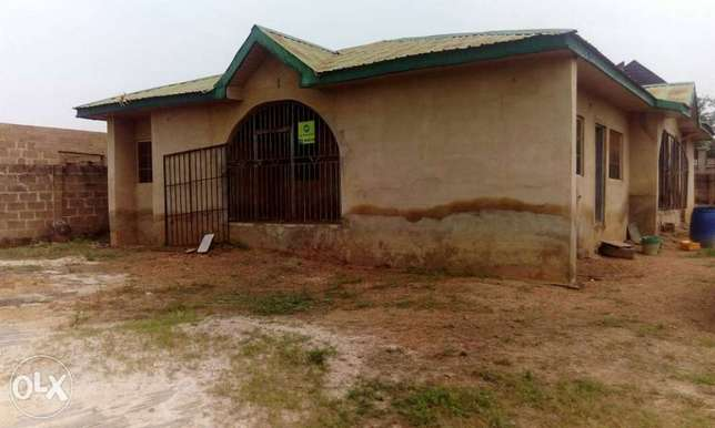 4bedroom flat on a full plot for sales Ibadan South West - image 1
