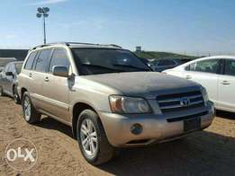 A clean toyota highlander with leather seat and accident free for sale