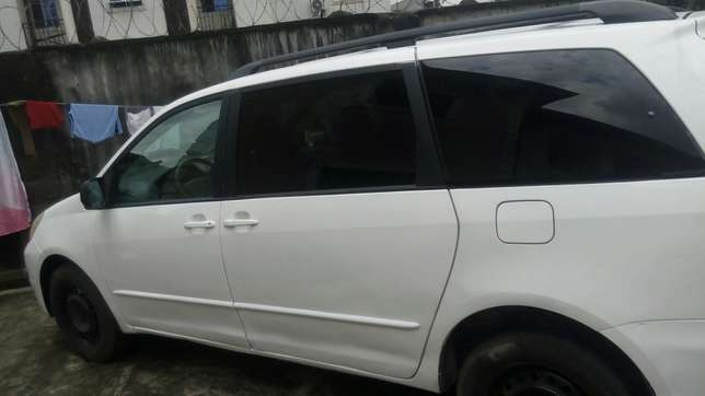Super clean Toyota sienna for sale Port-Harcourt - image 4