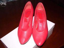 Туфли красные с чёрным каблуком