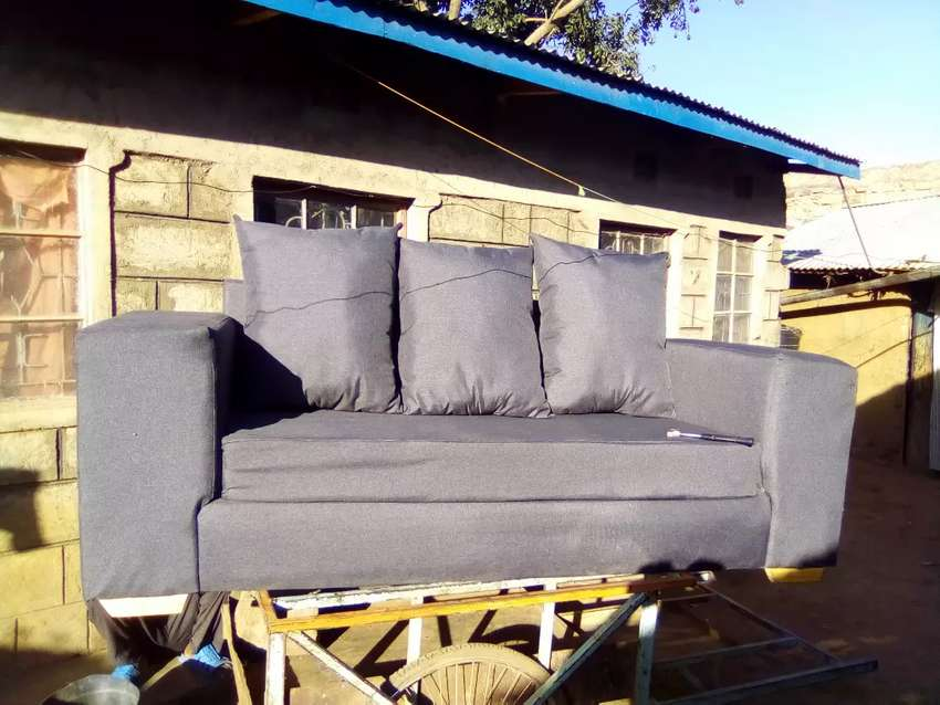 Am selling box sofa 0
