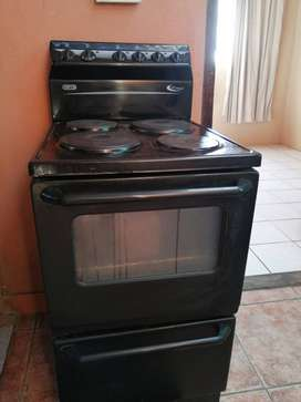 Used 4 Plate Defy Stove with Oven