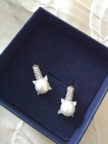Новые ,изящные ,серебрянные серьги с жемчугом, гвоздики