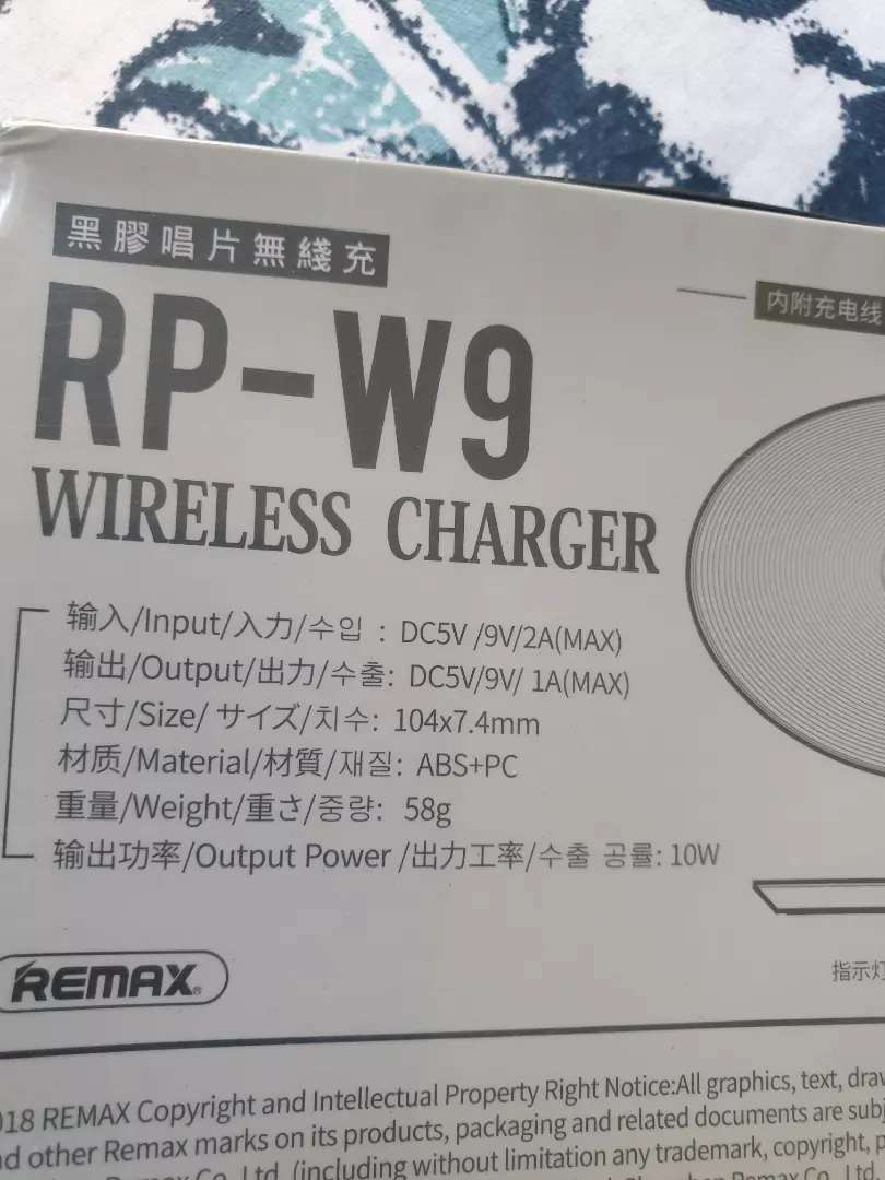 remax Ultra-thin vinyl series Desktop Wireless charger iPhone/Samsung 0