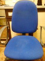 Офисный стул синего цвета с регулировкой положения спинки и высоты