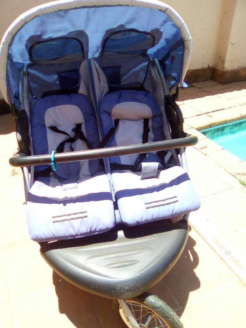 Twin baby Pram for sale 0