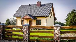 Dom nad jeziorem w Głuszynie z własną linią brzegową i pomostem.