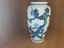 Porcelanowy wazon z motywem kwiatowym