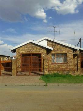 Beautiful 3 bedroom house for rent in Tshepiso for only R3500 monthly