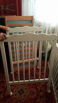 Piękne łóżko dla niemowlaka na kółkach z materacem - stan jak Nowe