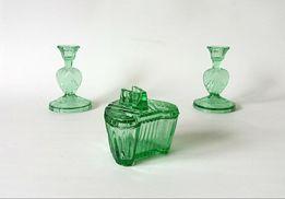 Zestaw na toaletkę świeczniki puzderko zielone szkło: uranowe? Niemen?