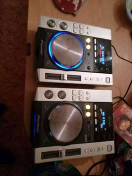 2x pioneer cdjs 200 ,beringer dhx700 mixer & flight case