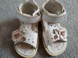 Sandałki dla dziewczynki firmy Bartek