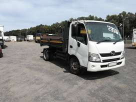 2012 Toyota Hino 300-915 with 3 cub tipper body