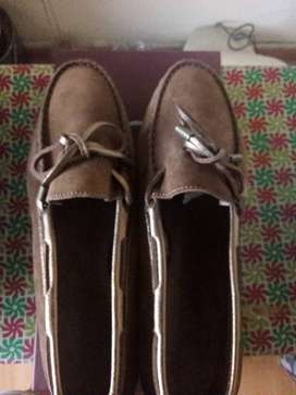 Selling a Carvela size 6 brown suede