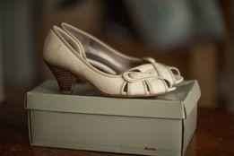 Buty na niskim obcasie Bata