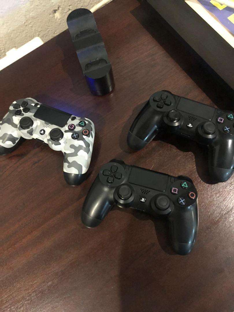 Ps4 controllers with Dual Station 0