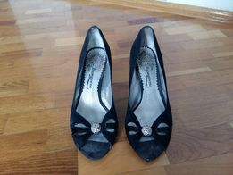 Чорні замшеві відкриті туфлі.